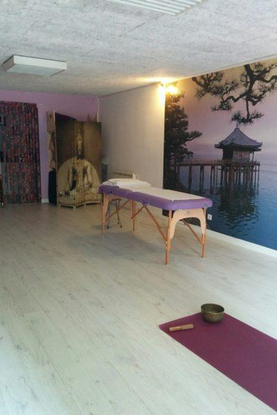 La table de massage devant le temple japonais ......